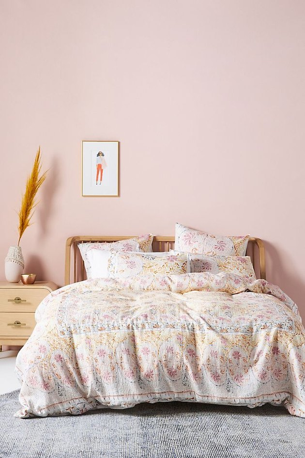 light bedding in pink room