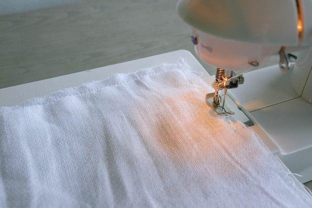 Coudre deux carrés de tissu avec une machine à coudre