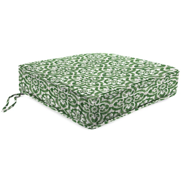 This weather-resistant cushion has a soft, well-padded feel created by spun polyester fill at the core. It boasts a boxed edge design that gives it a crisp look, making it a breeze to give your outdoor living area an instant update.