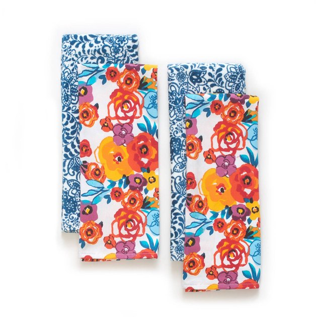 This The Pioneer Woman Flea Market Kitchen Towel Set brings you a vintage inspired and vibrant in color, option to spice up your kitchen.