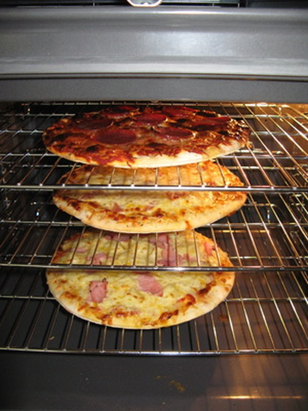 How to Clean an Oven With Vinegar & Water