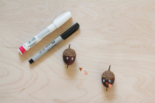 Glands transformés en dindes pour les décorations avec des stylos