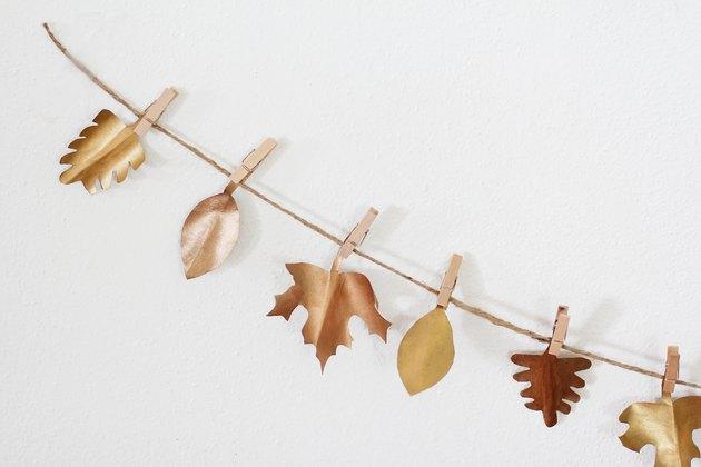 Guirlande de Thanksgiving avec des pinces à linge en bois et des feuilles de papier