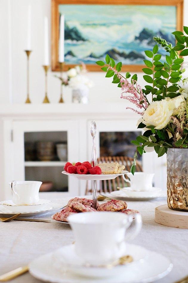 Vase de fleurs avec porcelaine blanche sur table à manger