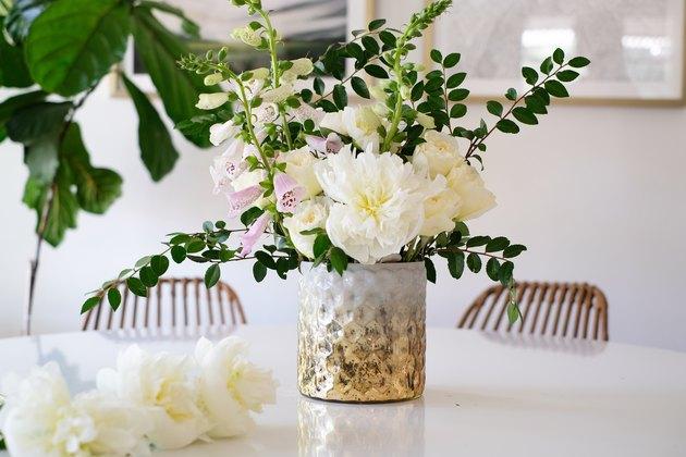 Vase texturé avec fleurs blanches et roses