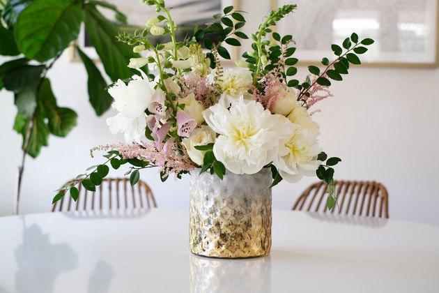 Vase texturé à fleurs blanches et roses à feuilles vertes
