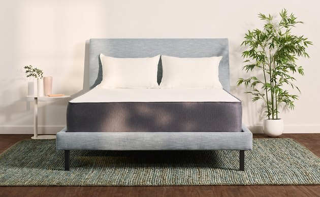 With its mix of soft, pocketed springs and layered memory foam, the Casper Hybrid strikes the perfect balance between soft and firm.