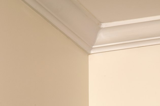 Corner wall with crown molding