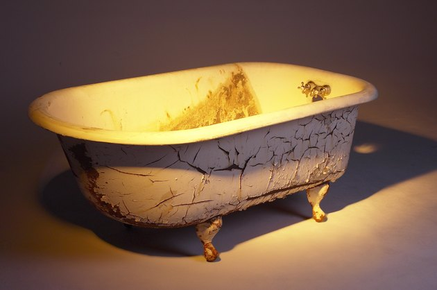 Clawed porcelain bathtub