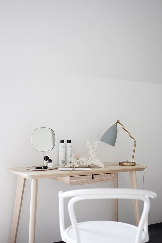 minimalist vanity table