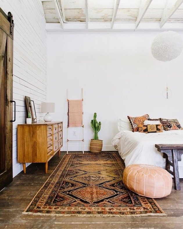A bohemian meets midcentury bedroom with large kilim rug