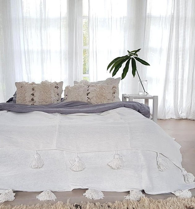 White blanket with pom-pom details