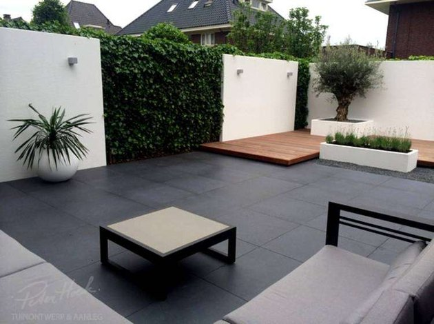 peter hoek black tile small modern garden with stucco walls
