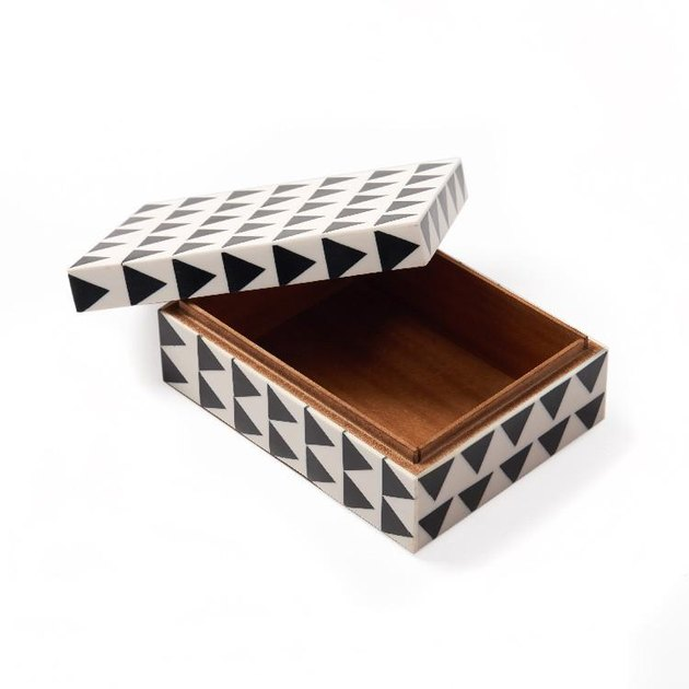 Aelfie black and white inlay box.