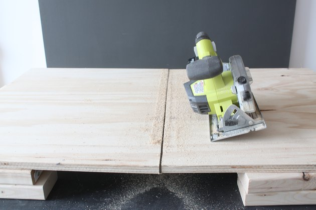 Cutting with a circular saw