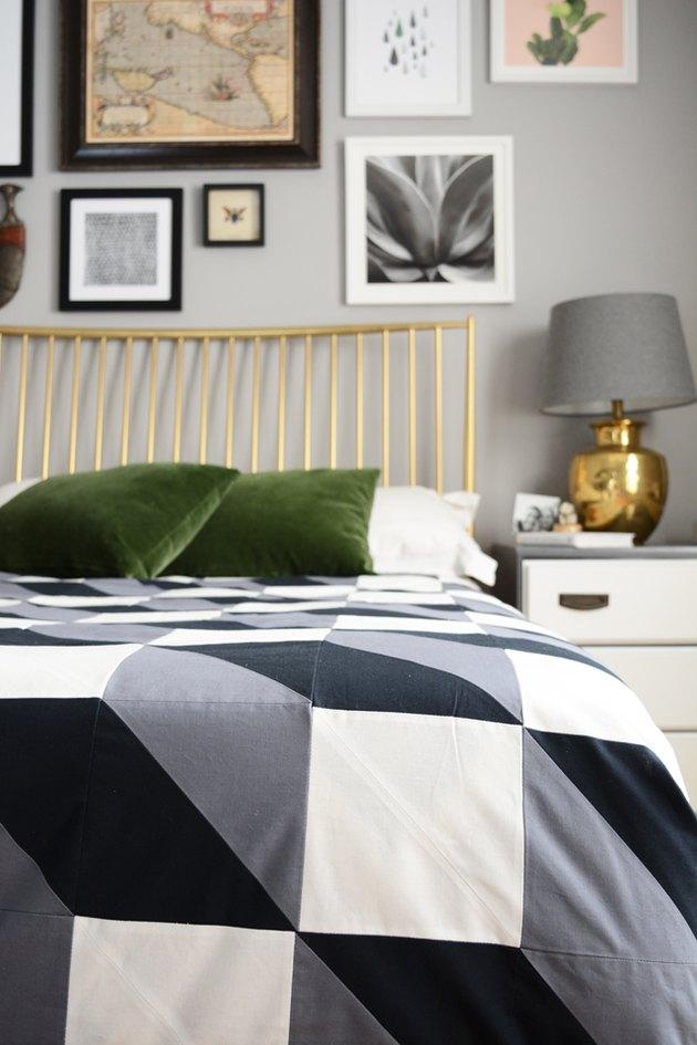 kołdra na łóżku