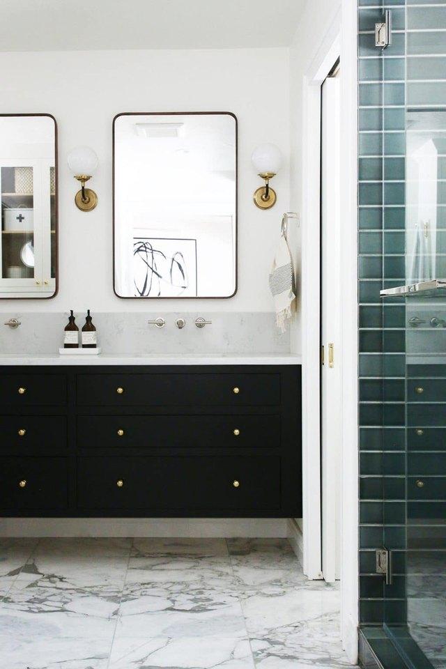 carrelage en céramique aqua sur le mur de la douche dans la salle de bain