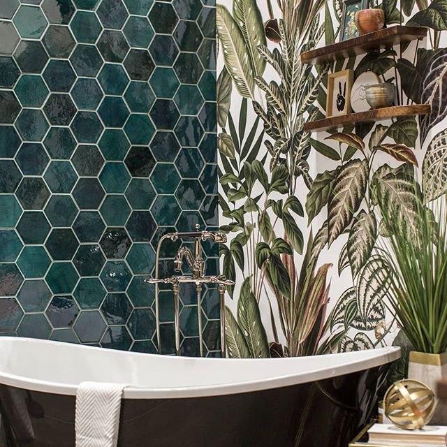 carreau de céramique de forme hexagonale vert sur le mur de la salle de bain