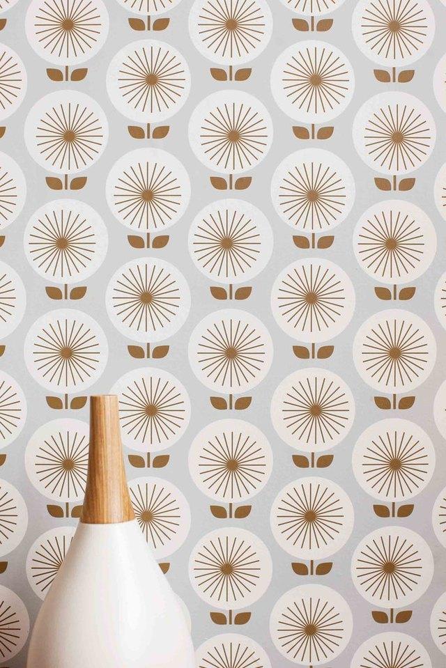 Wallpaper featuring sunburst flower design in beige and white