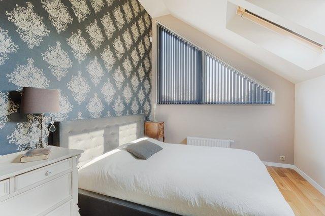 Oriental wallpaper in bedroom