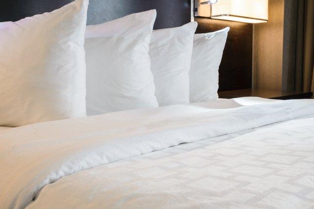 difference between a duvet and a comforter hunker. Black Bedroom Furniture Sets. Home Design Ideas