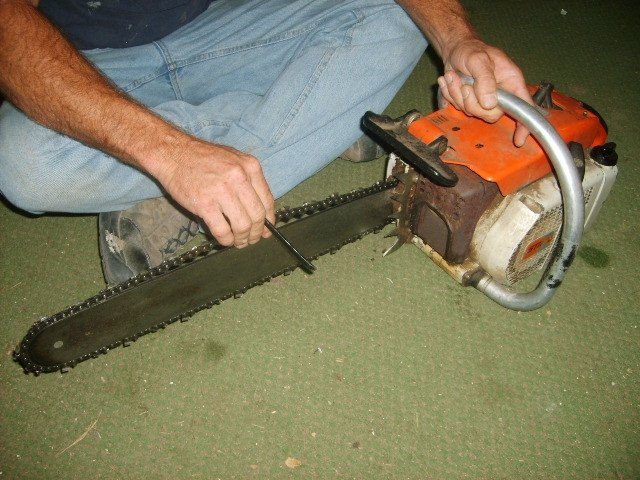 How to put a chain back on a chainsaw hunker chainsaw with operator greentooth Images