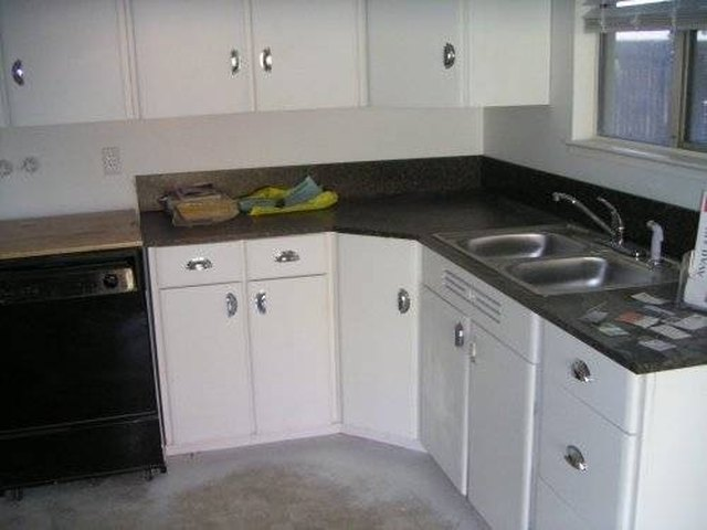 Merveilleux How To Clean Veneer Kitchen Cabinets | Hunker