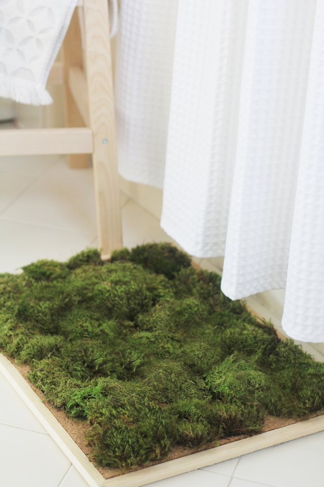 Moss shower mat in bathroom