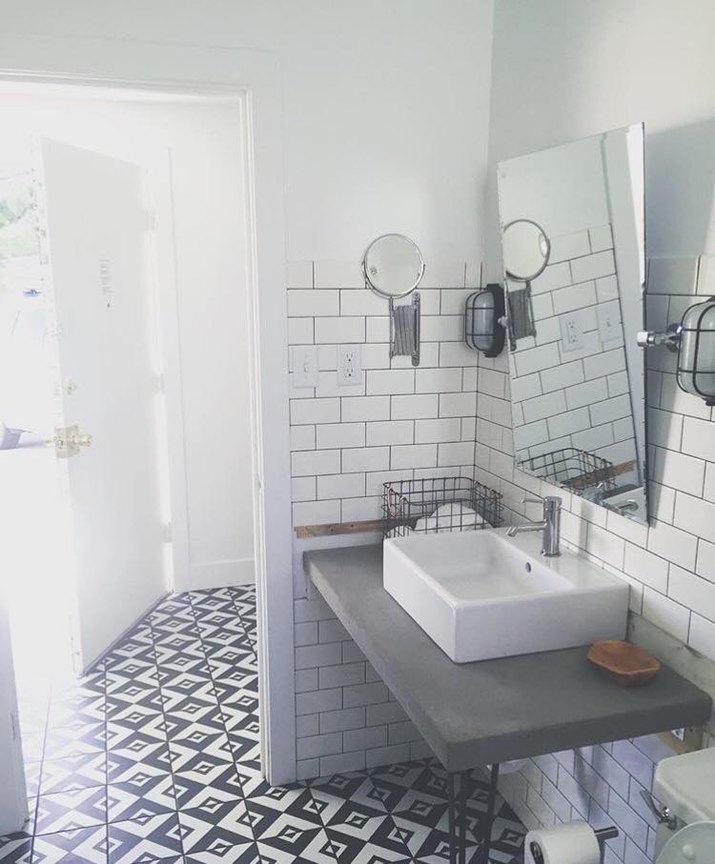 one of the guestroom baths at Amigo Motor Lodge