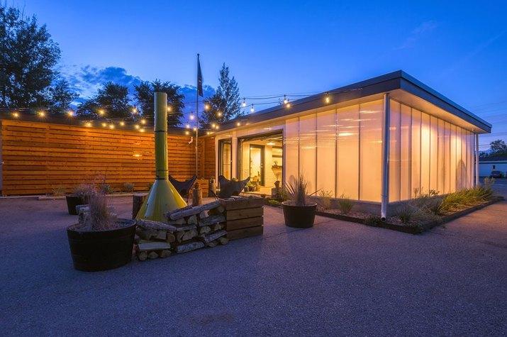 outdoor communal space at Amigo Motor Lodge